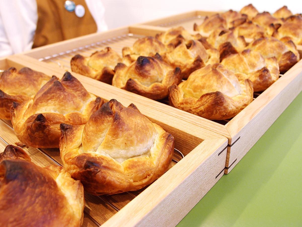 ずらりと並ぶ「包みパイ専門店 MEAT PIES MEET」のミートパイ