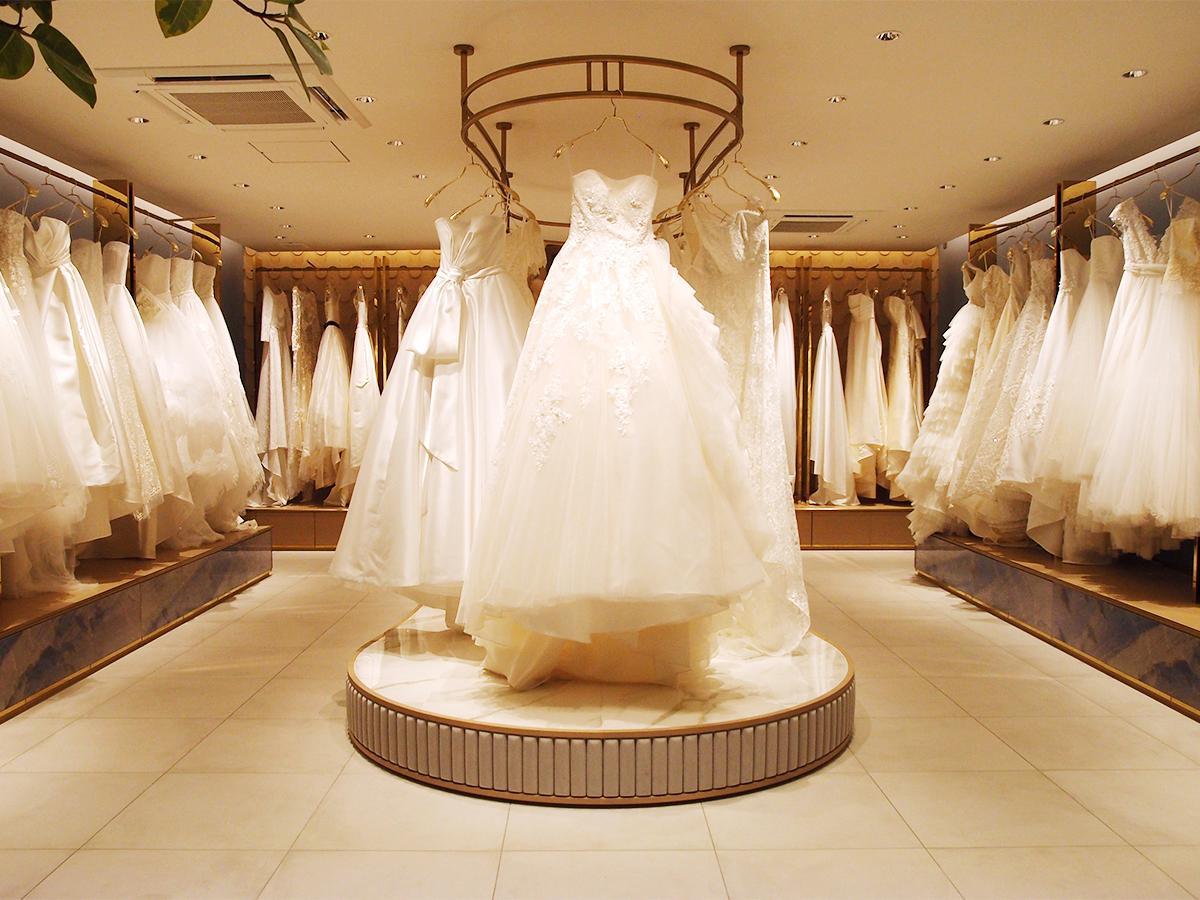 世界各地のコレクションやアトリエで選んだウエディングドレスが並ぶ。中央は同店オリジナルデザインのドレス