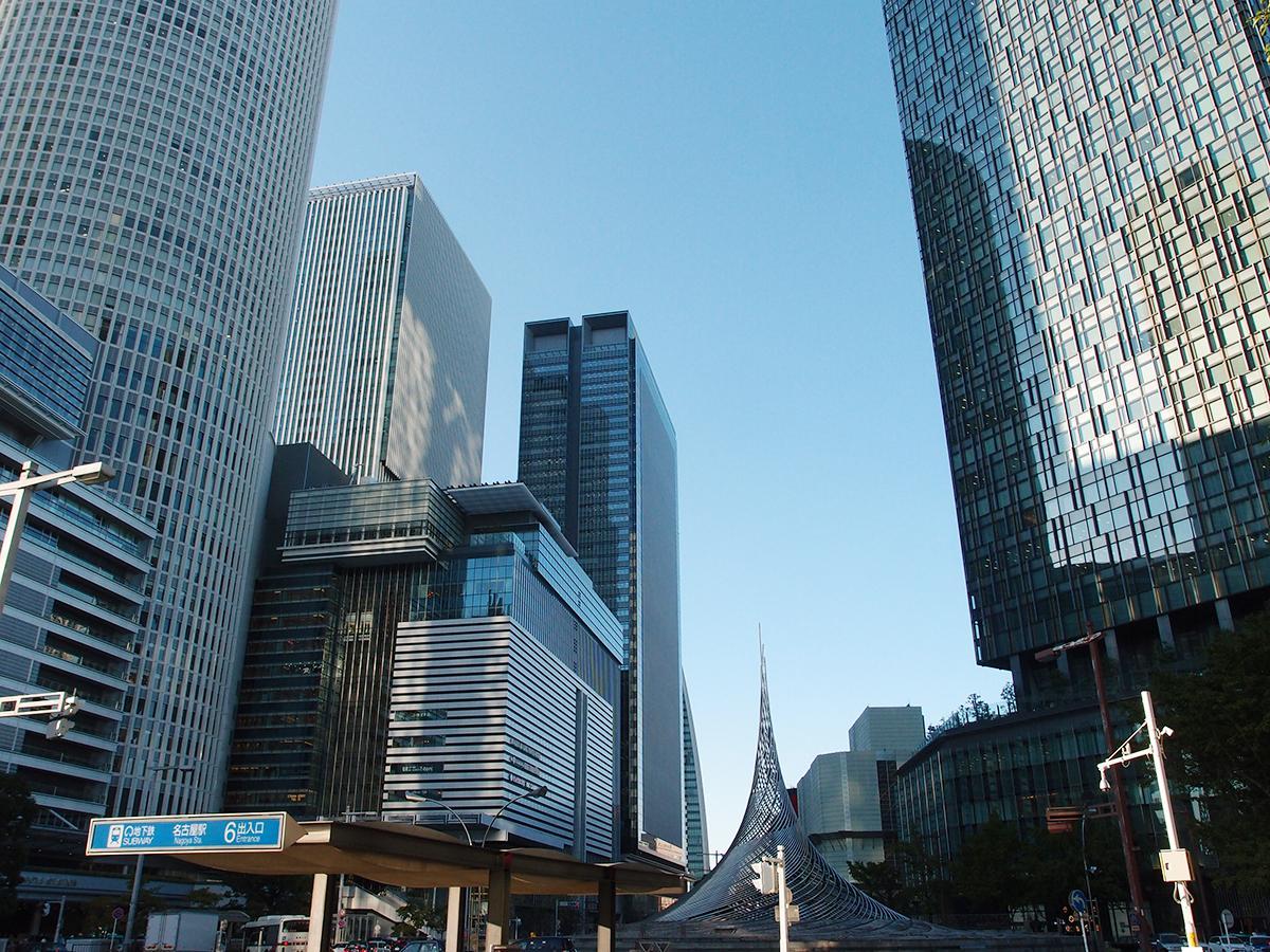 多くの百貨店や商業施設が立ち並ぶ名古屋駅前