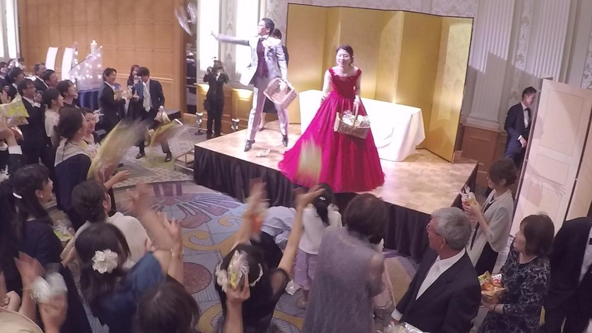 新郎新婦が披露宴で菓子まきをする番組のワンシーン(画像提供=NHK名古屋放送局)