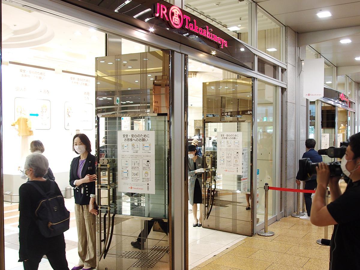 営業再開した「ジェイアール名古屋タカシマヤ」に入店する様子