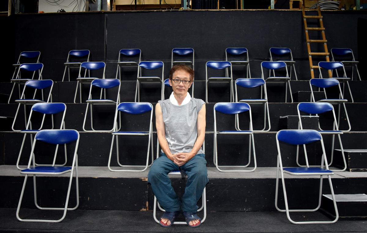 8月からの上演再開を目指す小劇場「ナビロフト」の小熊ヒデジさん。(座席の間隔を広げたナビロフトで撮影)