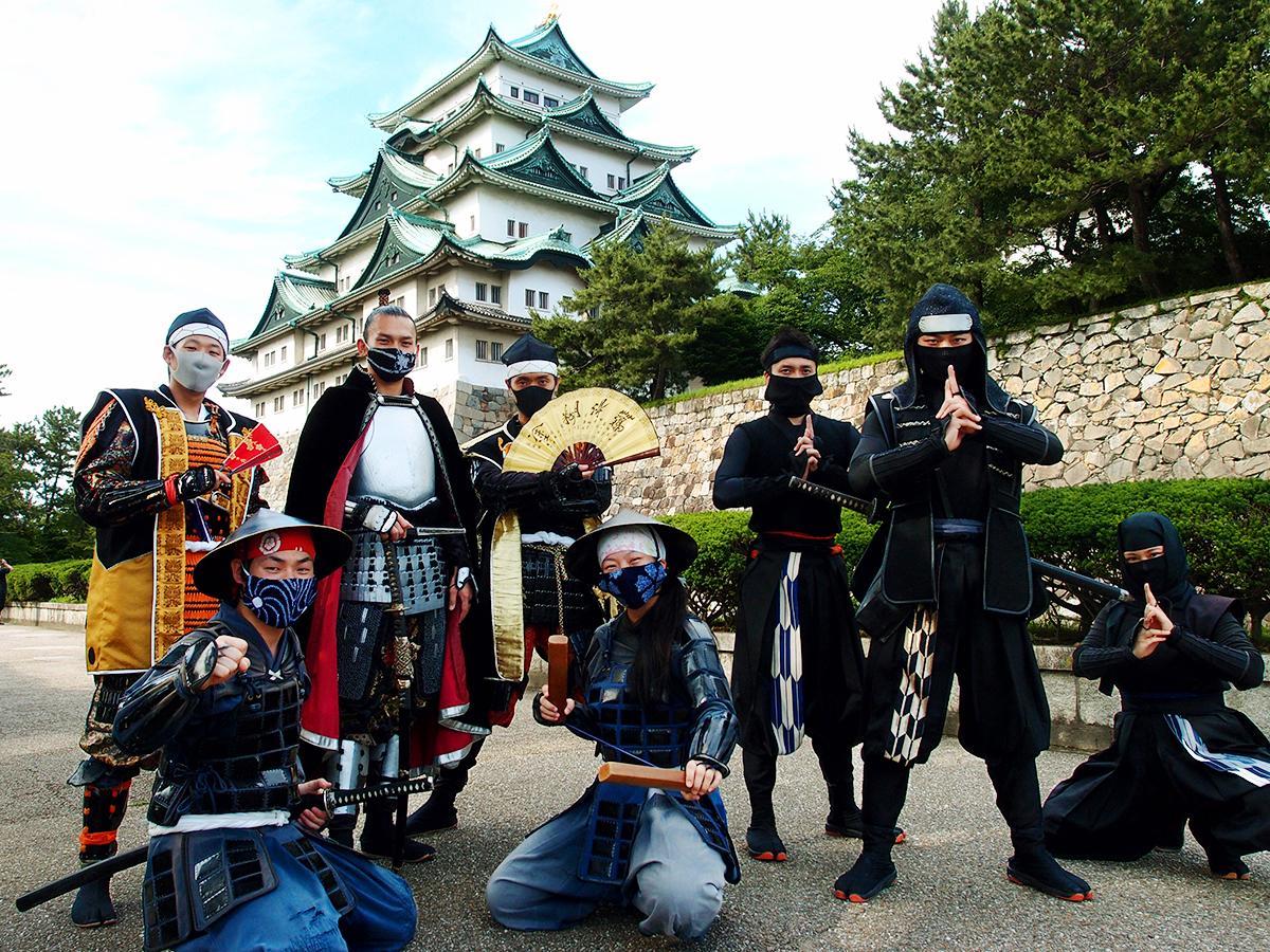 名古屋城天守閣を背景に「名古屋おもてなし武将隊」と「徳川家康と服部半蔵忍者隊」(一部メンバーを除く)