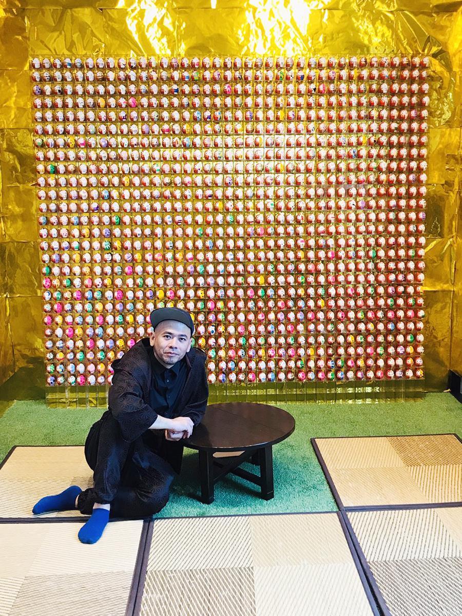 札幌で開かれた第1弾「Always rising after a fall ~七千転び八千起き~」の様子。写真左はアーティストのけみ芥見さん(画像提供=けみ芥見さん)