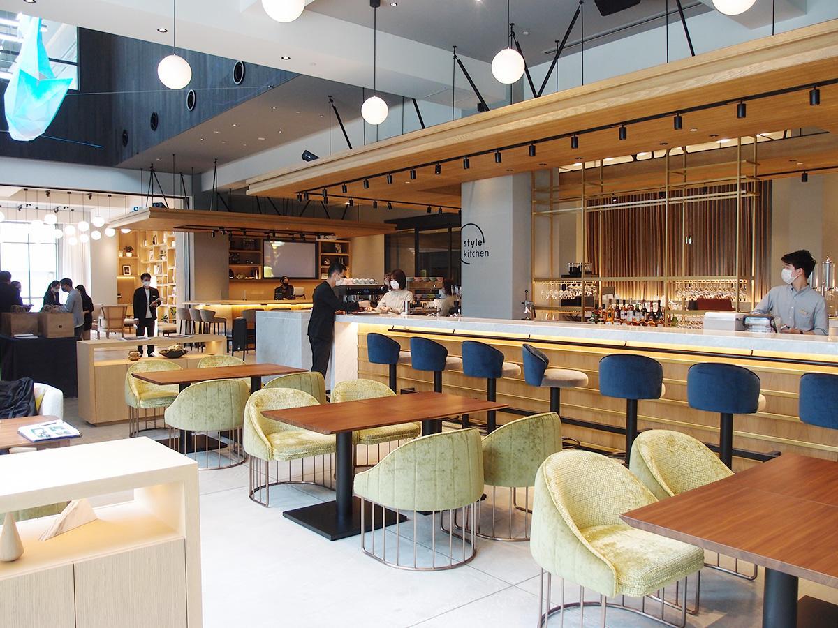 宿泊者以外も利用できるカフェ・バーでは「トランクコーヒー」とコラボしたオリジナルブレンドコーヒーなどを楽しめる