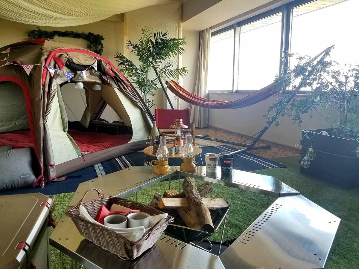 「名城グランピングプラン」のイメージ。客室内に寝袋2セットを備えたテントやハンモックなどを置く(画像提供=ホテルナゴヤキャッスル)
