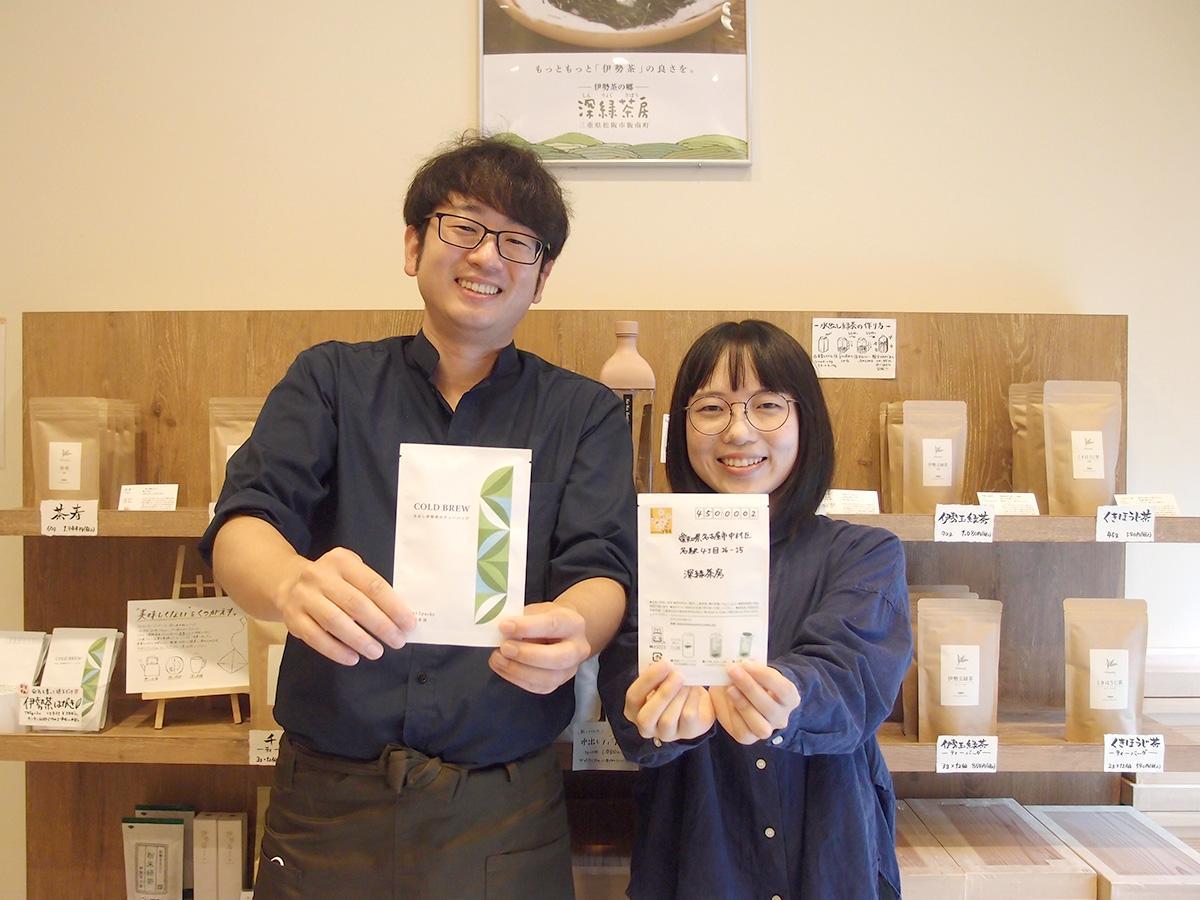 「選べる伊勢茶はがき」を手にする「深緑茶房 名古屋店」店長の松本壮真さん、スタッフの後藤万奈さん