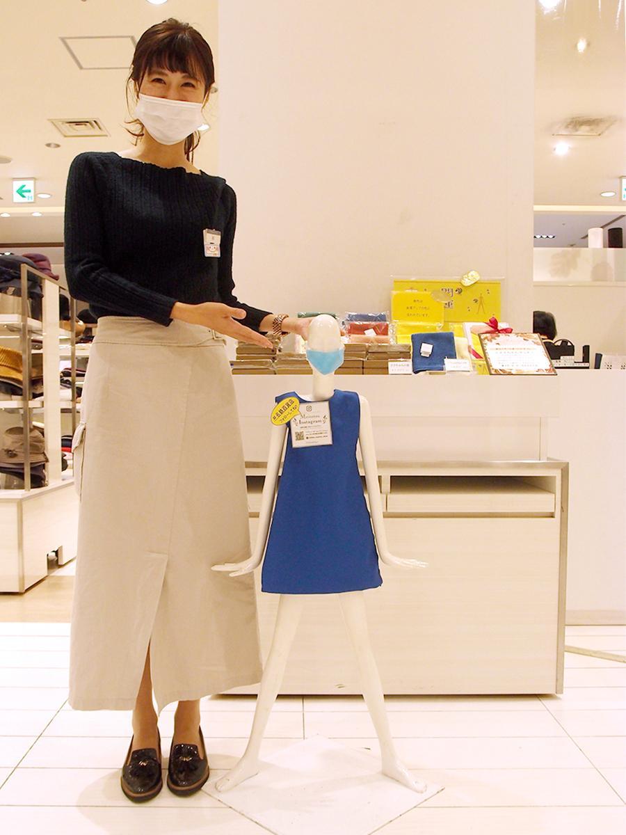 名鉄百貨店広報の女性社員と並ぶ「ミナちゃん」。大きさは「ナナちゃん」の6分の1サイズ