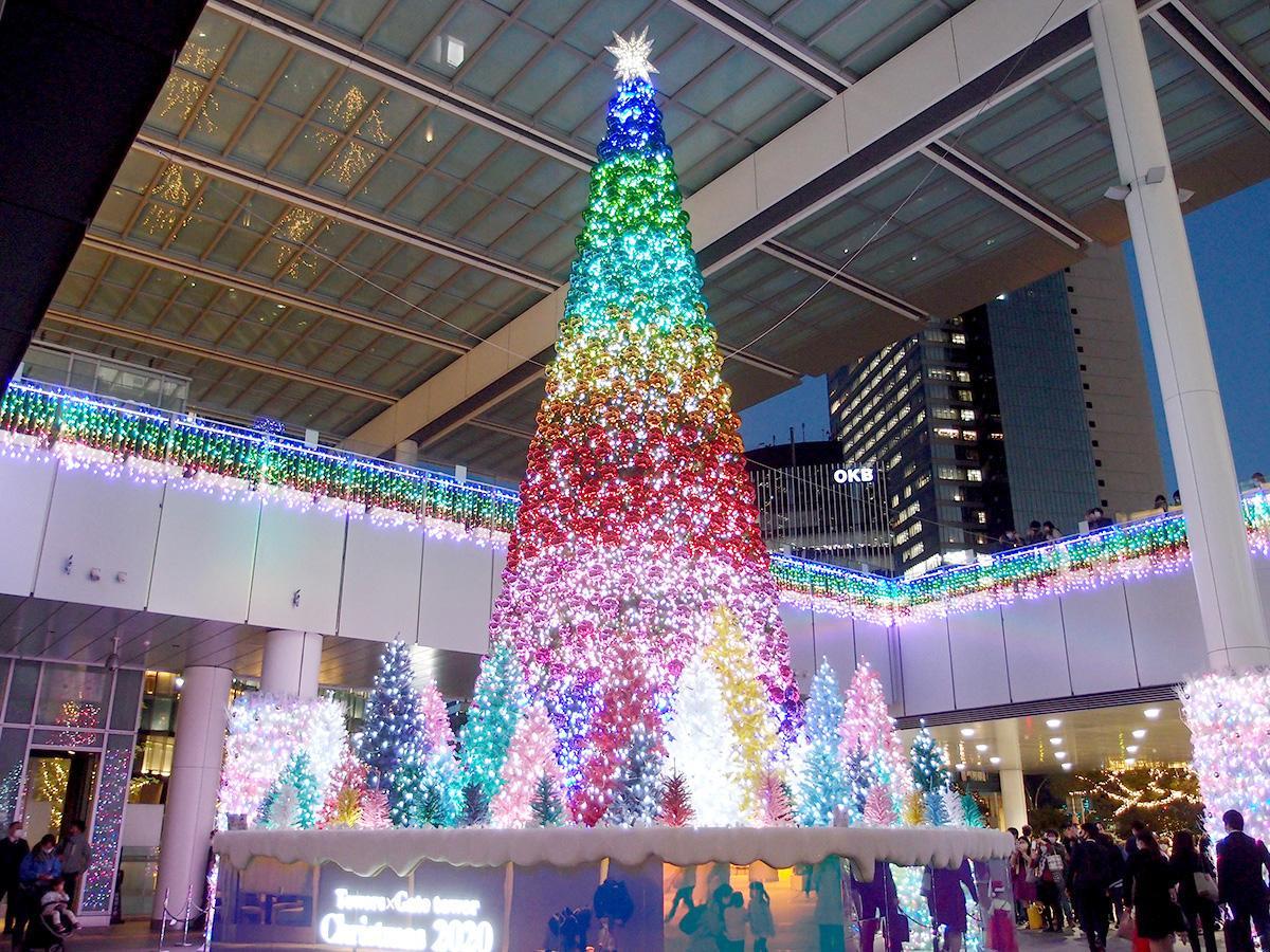 「JRゲートタワー」1階エントランスの7色の光が点灯する高さ12メートルのクリスマスリース