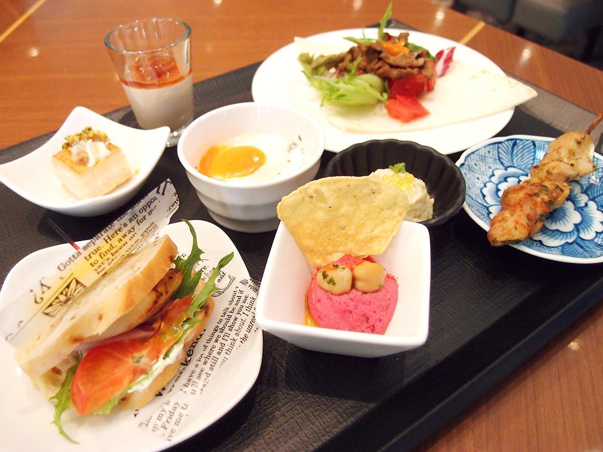 開催中のトルコ料理のフェアで提供するトルコ料理。「鯖サンド」「ビーツのフムス」「チキン串焼きケバブ」、宮廷料理の「チュルブム」など「個々盛り」で提供