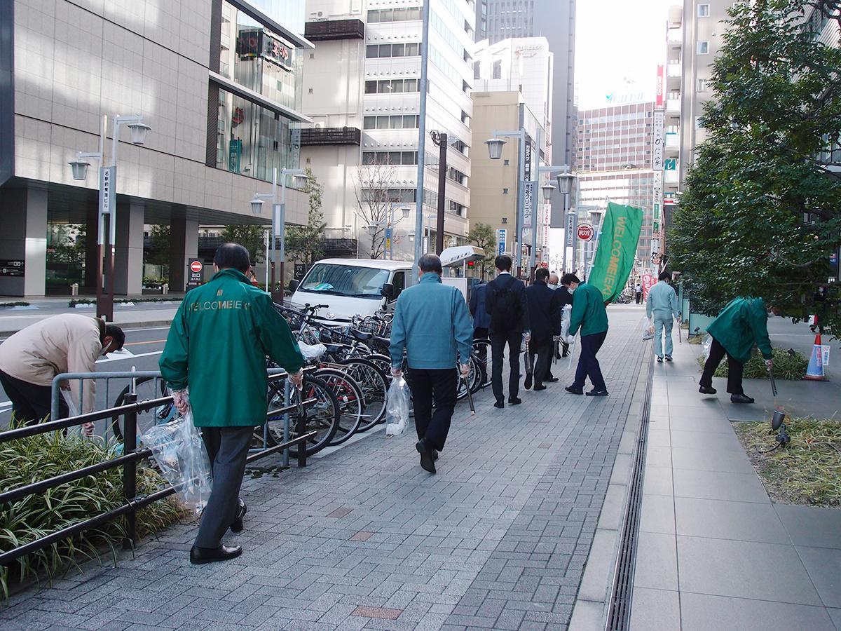 名古屋駅地区街づくり協議会主催の年末クリーンキャンペーンの清掃活動の様子