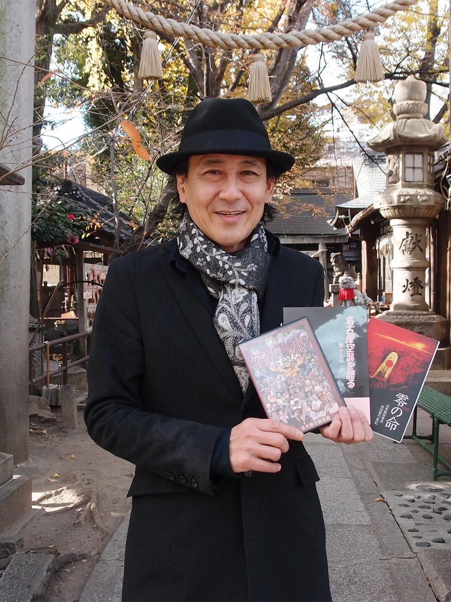 ドキュメンタリー映画「名古屋空襲を語る 今を生きる人へ」DVDなどを手にした映画監督の森零さん