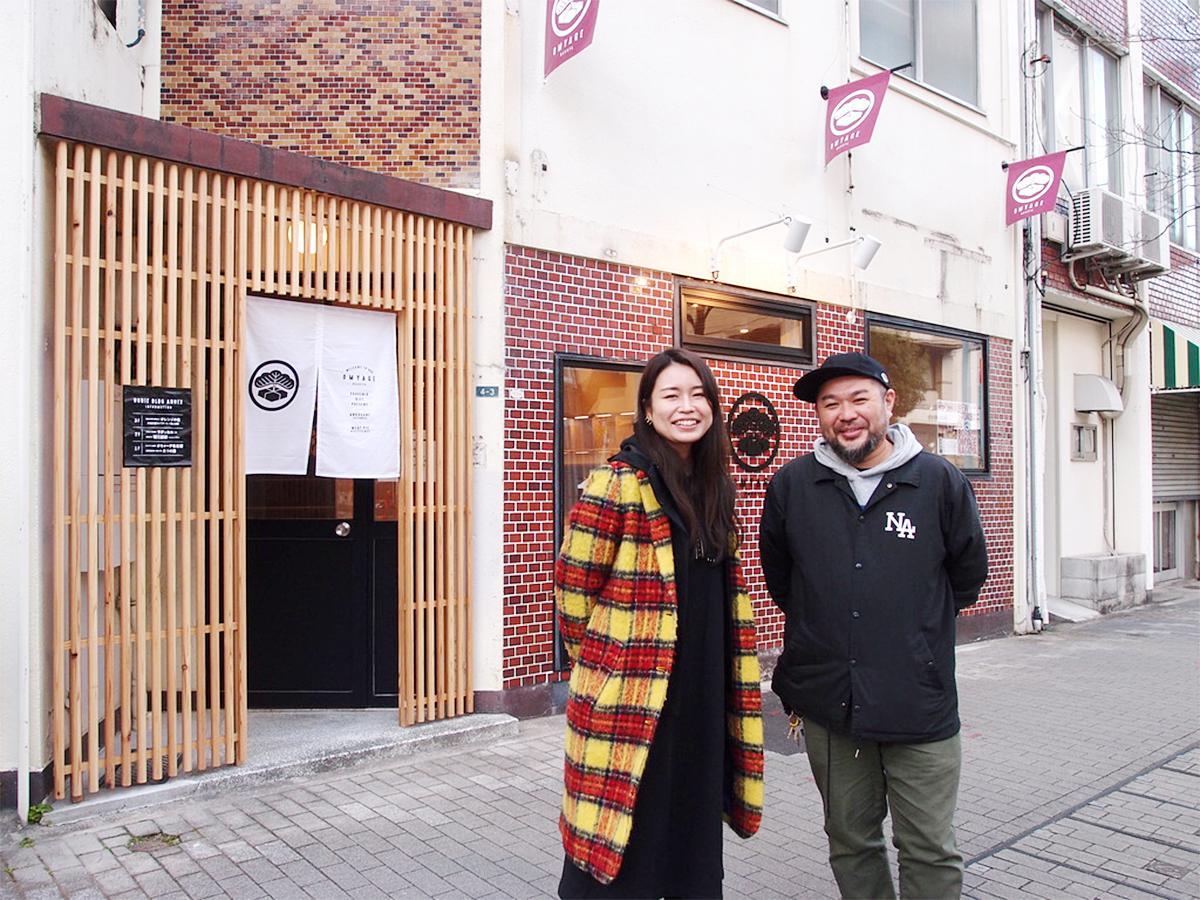 「大松旅館」時代のレンガを残した「オミャーゲ名古屋」前で、堀江浩彰さんと山田真理子さん