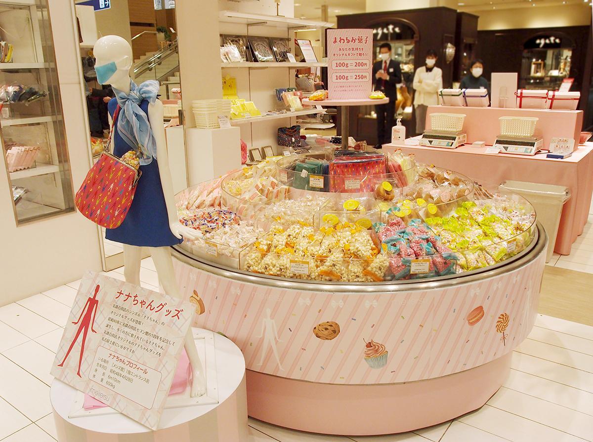 名鉄百貨店本店1階に期間限定で登場した昔懐かしい「回転する菓子」。ナナちゃんの妹・ミナちゃんが「ナナちゃんグッズ」をPRする