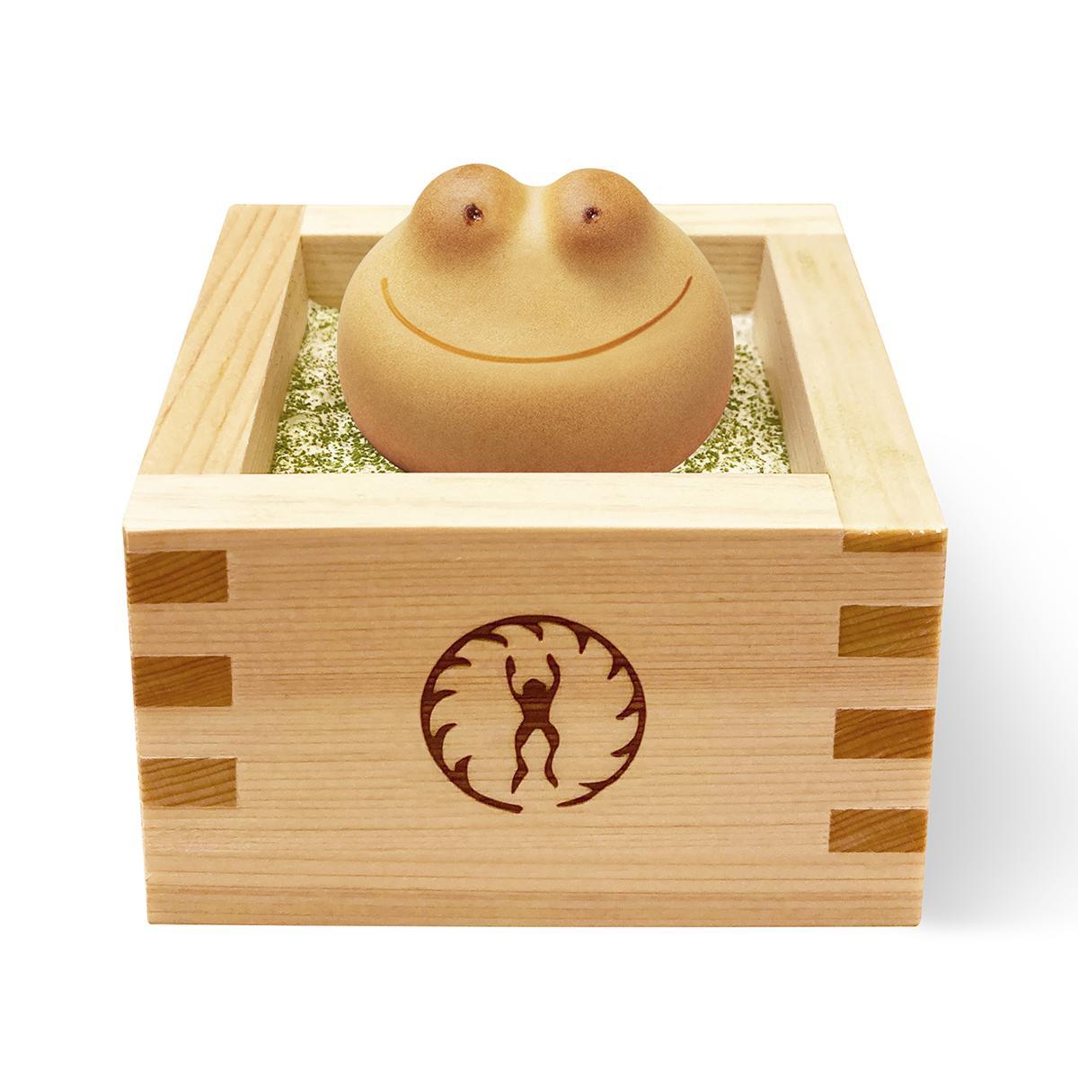 青柳総本家のマークの焼き印入りのヒノキの升を使うスイーツ「カエルのひのき風呂」