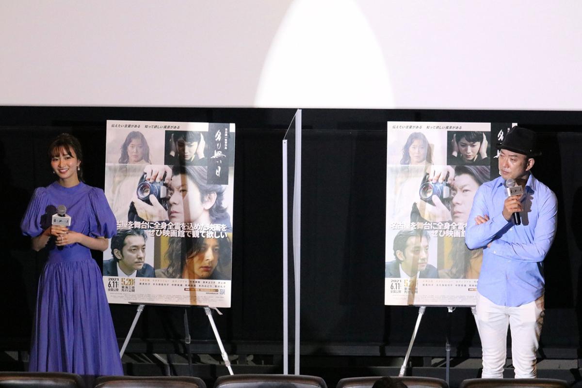 映画「名も無い日」の舞台あいさつに登壇した日比遊一監督(右)と、出演者で名古屋市出身の岡崎紗絵さん(左)