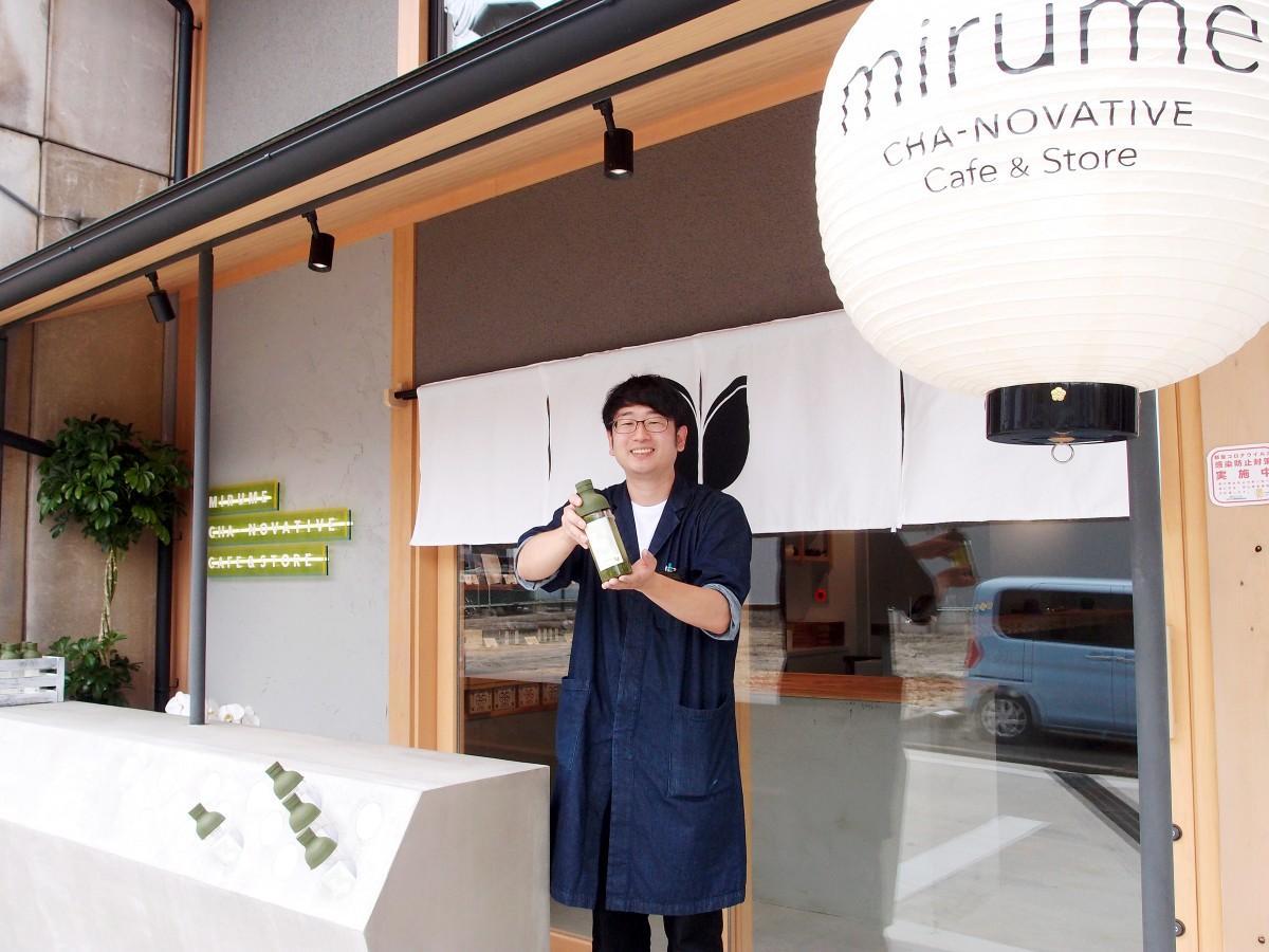 「朝ボトル」を手にした「mirume深緑茶房」オーナーで店長の松本壮真さん