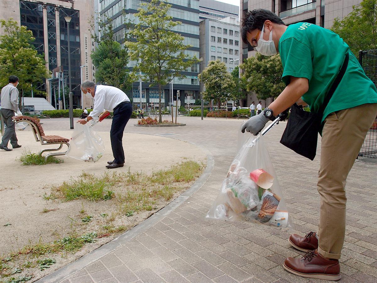 名古屋駅地区街づくり協議会が音頭を取り、有志による清掃活動「ひろえば西柳公園が好きになる運動」の様子