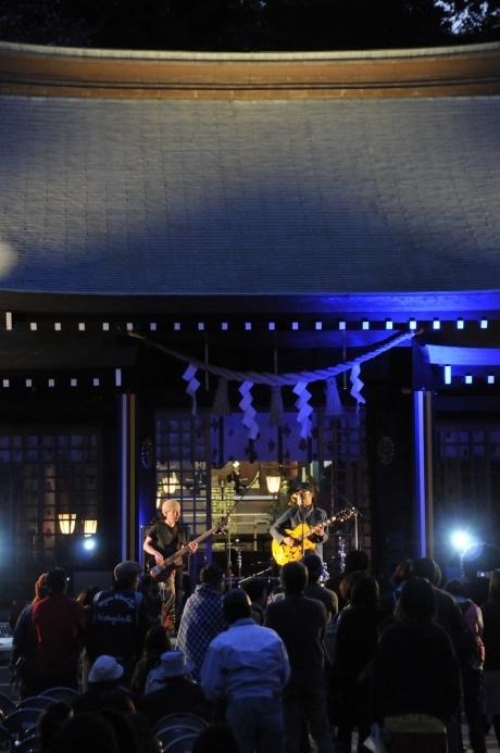 神社本殿をステージにしたバンド演奏などで盛り上がった「花見でボノボ」