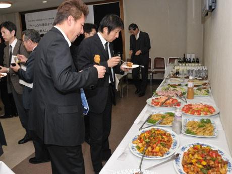 ヤーコンを使った開発食品を試食する大学関係者ら