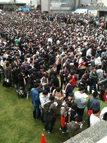 「コみケッとスペシャル5in水戸」の即売会へ入場を待つ人で埋め尽くされた水戸芸術館広場