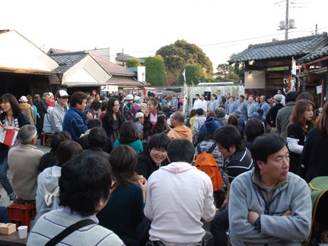 磯蔵酒造で行われた「ちょっ蔵新酒を祝う会」に詰めかけた日本酒ファンら