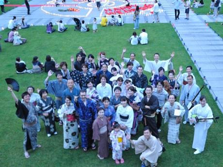 水戸芸術館の「100万人のキャンドルナイト」会場に到着した「ゆかたdeまちプラ」の一行