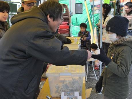 水戸の「大漁祈願プロジェクト!イバラキの港を救え!」で募金に協力してくれた子どもたちには、記念品も贈呈した