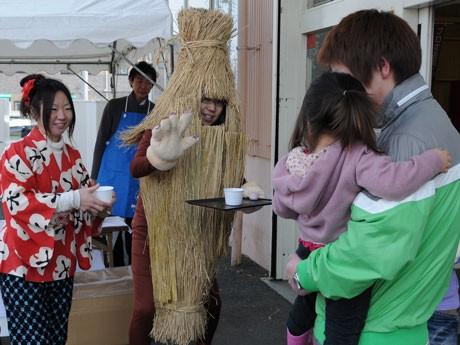納豆男とみそガールのみ子ちゃんが被災したら買い物客らに納豆汁をサービスした