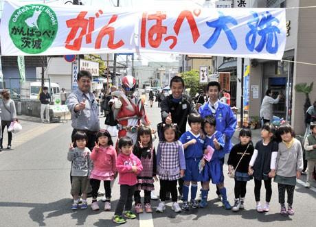 大洗で震災復興「100円商店街」-イバライガーなど応援に駆け付ける