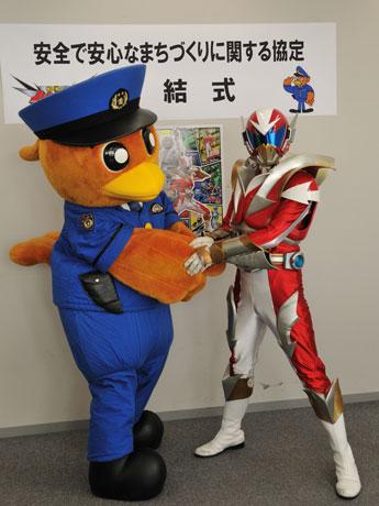 茨城県警生活安全部と協定を結び、県警マスコットひばりくんとイバライガーRががっちり握手