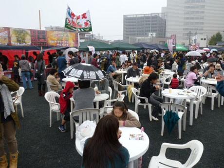 雨にもかかわらず多くの来場者でにぎわった「アルベトレッペ食堂」