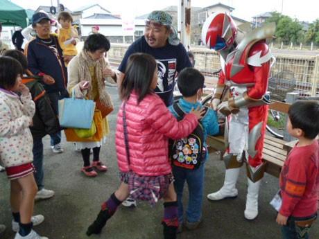 ひたちなか海浜鉄道湊線、阿字ヶ浦駅の一日駅長を務めたイバライガーが子供たちに囲まれる