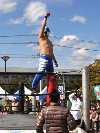デビュー戦を勝利で飾り喜びを爆発させる大洗のご当地プロレスラー「オーアライダー」