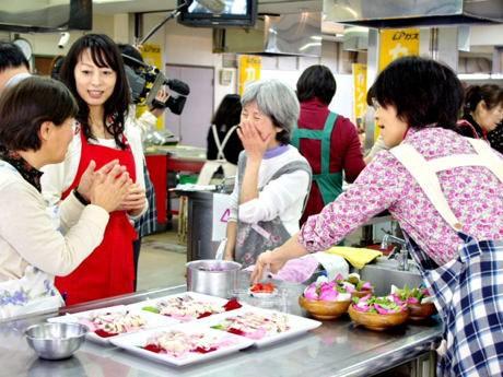 色鮮やかなバラを使った料理作りに取り組む参加者ら