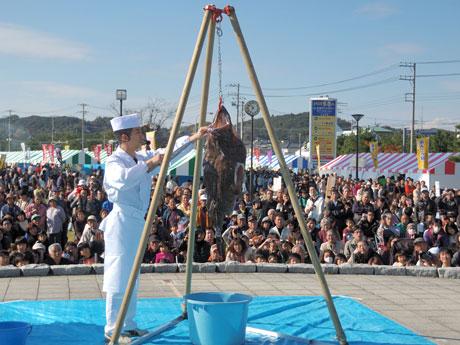 アンコウのつるし切りの実演が行われる「大洗あんこう祭」