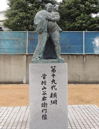 横綱・白鵬関の奉納土俵入りが披露される水戸市にある常陸山谷右衛門像