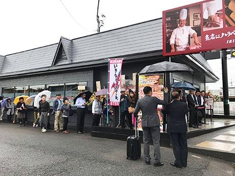 雨の中オープン前から長蛇の列ができた「いきなり!ステーキ水戸千波店」
