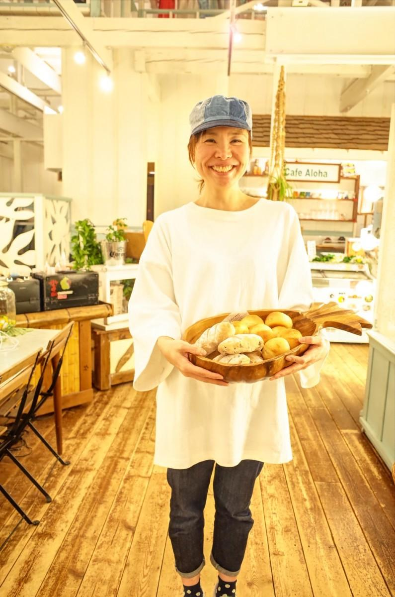 焼きたてパンを手に笑顔を見せるパン職人のちーこさん