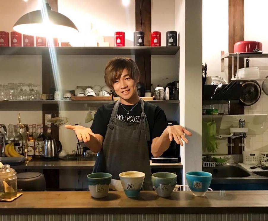 笠間焼のコラボカップを前に笑顔を見せる安達勇人さん