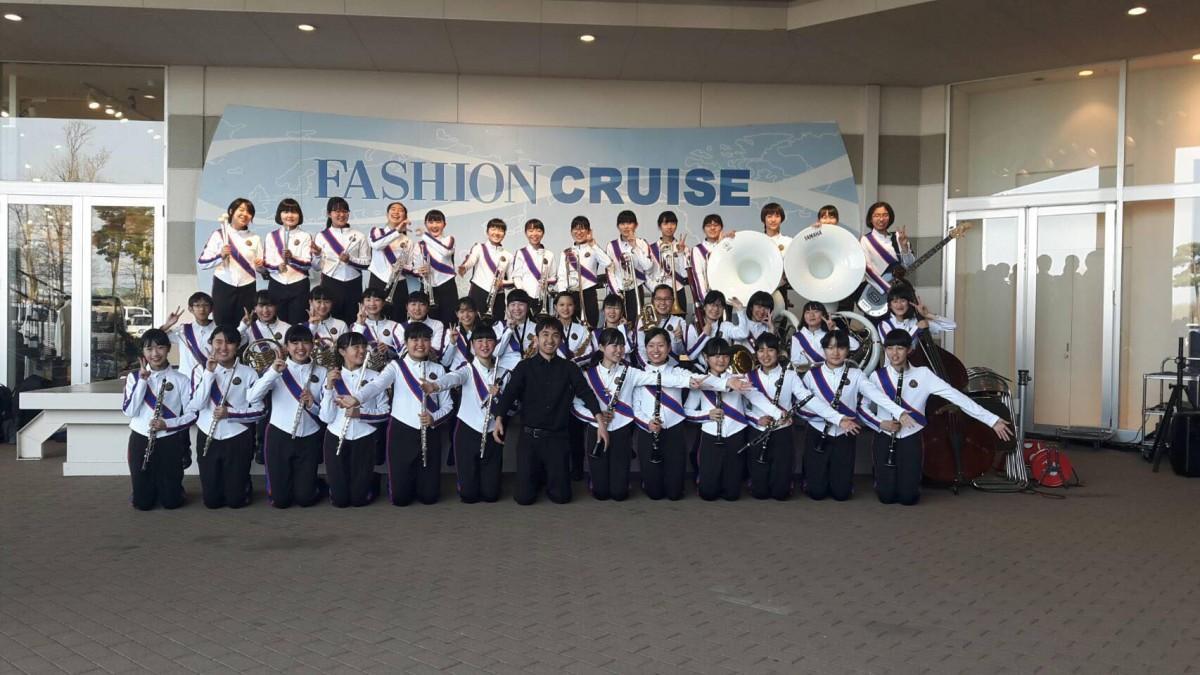 演奏会を行うひたちなか大島中吹奏楽部の部員と顧問・長沼純平さん(前列中央)