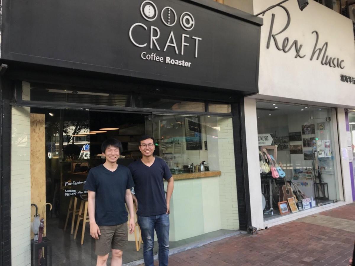ロースターの一つの「CRAFT COFFEE ROASTERS」のオーナー、ロック・チャンさん(右)と宮下裕任(ひろただ)さん