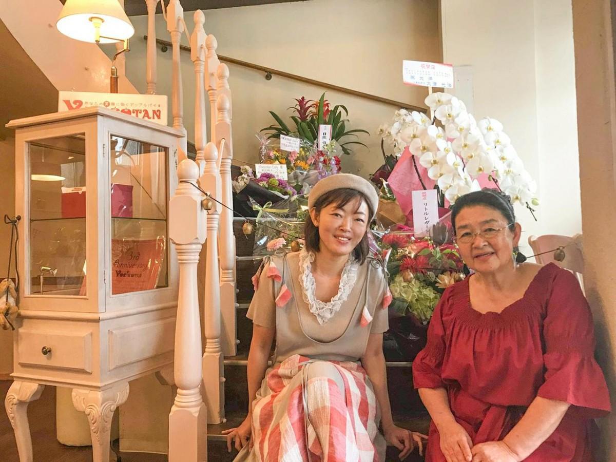 「Yocicotan Cafe (ヨシコタンカフェ)水戸南町なか店」で笑顔を見せる芳子さんと雅美さん