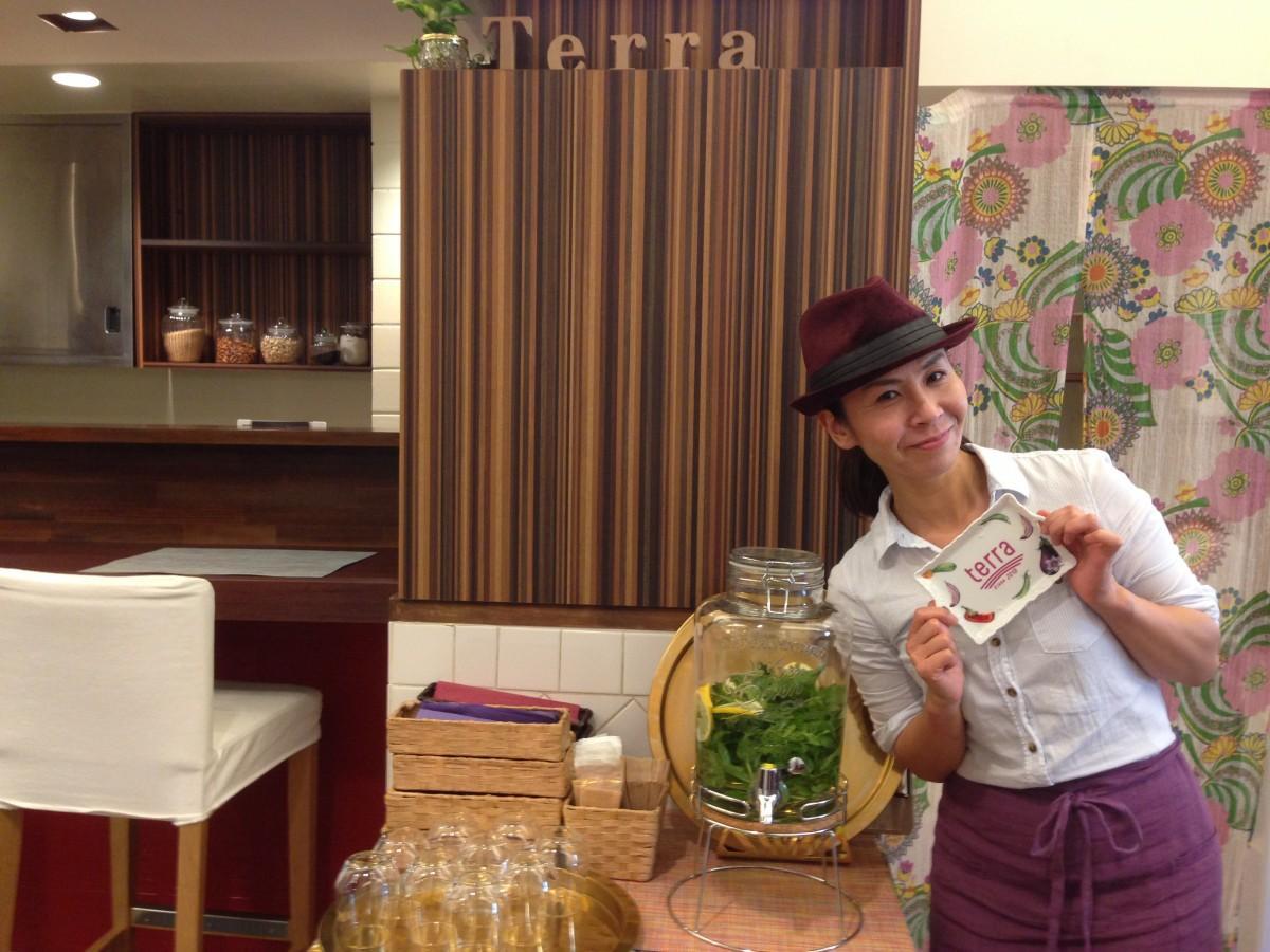 ヴィーガンカフェ「Vegan cafe terra (ヴィーガンカフェ テラ)」店内で笑顔を見せる店主の久保田さん。