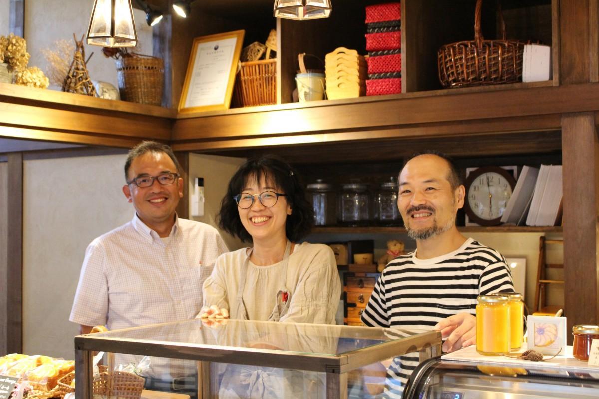 新店舗で笑顔を見せる設計士の小沼さん、MOGU-MOGUのみどりさん、店主の豊田剛行さん