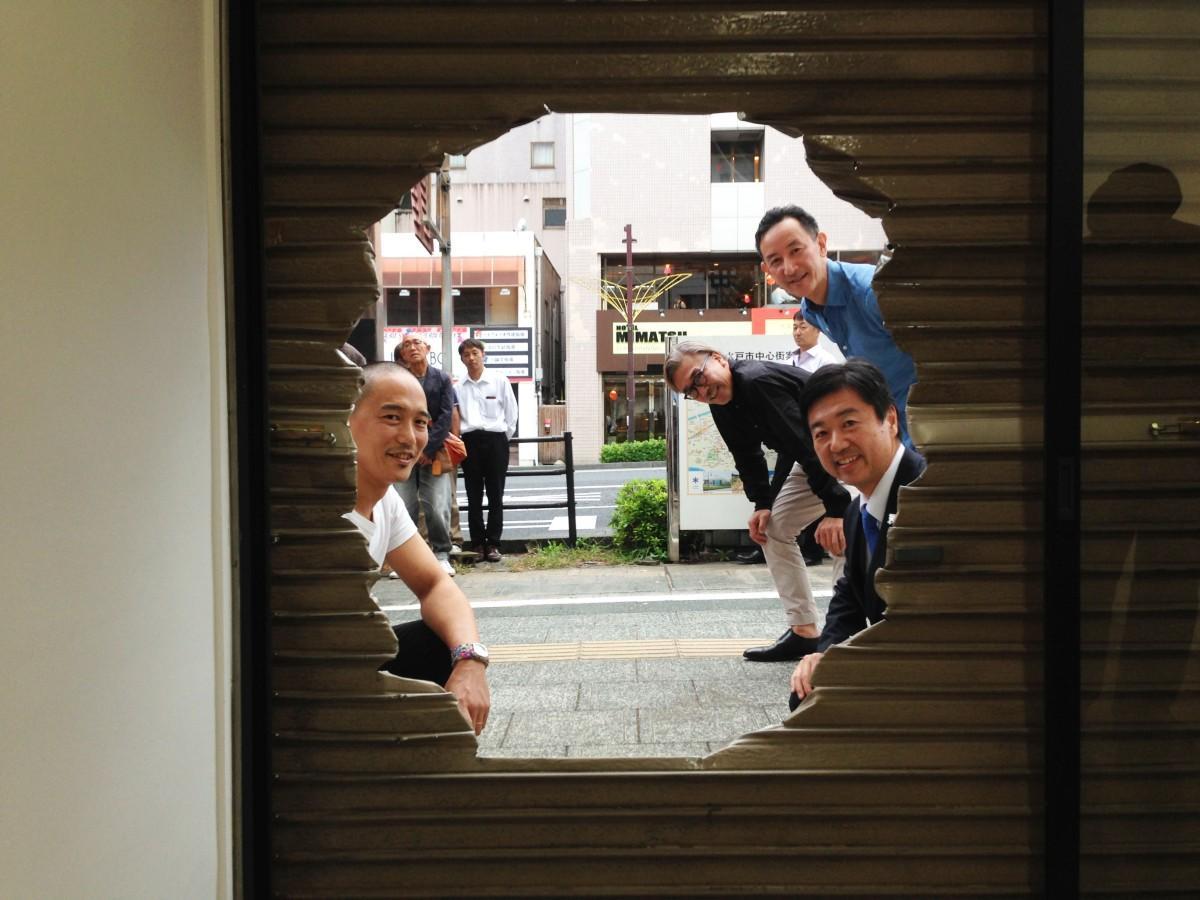 作品「あな」から顔をのぞかせる雨宮庸介さん(左)、右手前から水戸市長の高橋靖さん、元・水戸芸術館の窪田研二さん、「ARTS ISOZAKI」代表の磯崎寛也さん