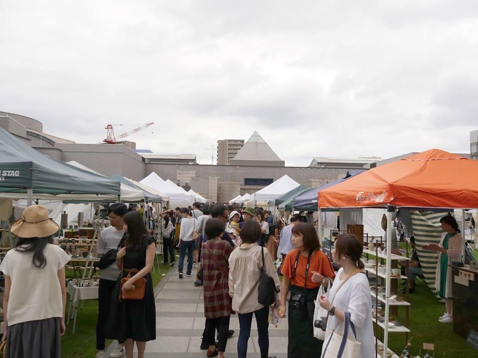 多くの来場客でにぎわう水戸芸術館広場