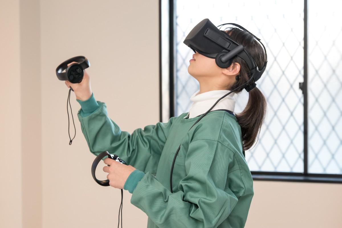 VR体験をする学生