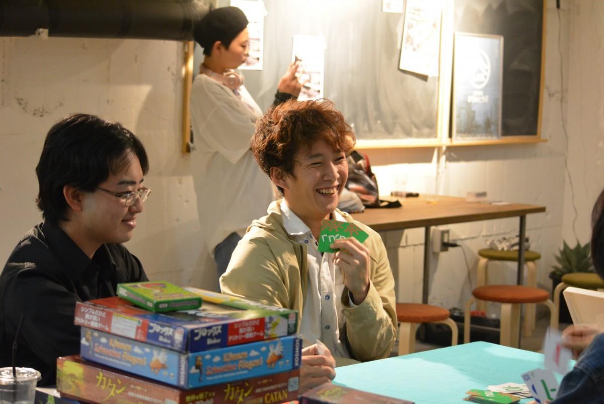 ボードゲームを楽しむ参加者