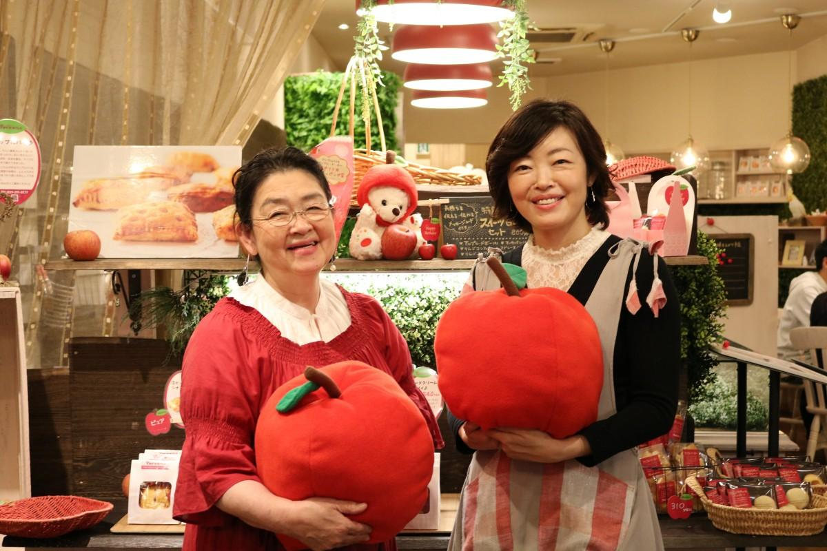 店主の田中芳子さん(左)と娘の雅美さん(右)